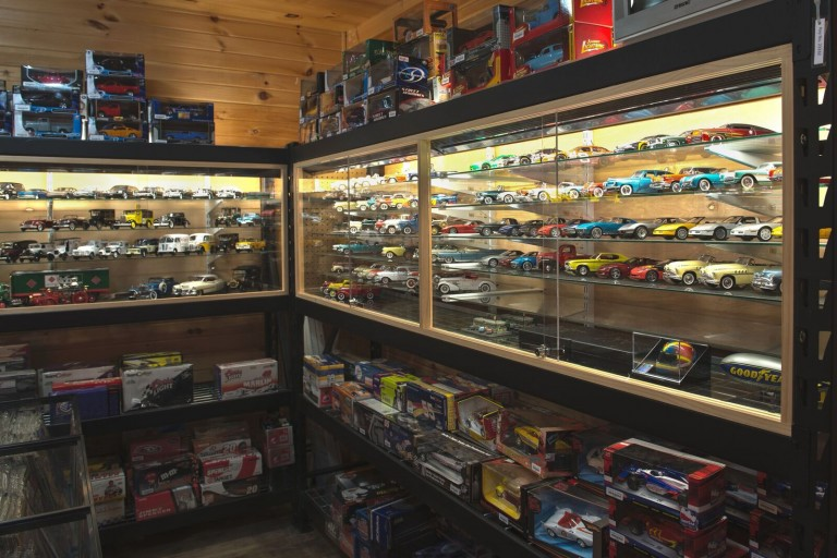 Adirondack Motorbooks & Collectibles | Apex Automotive Maa